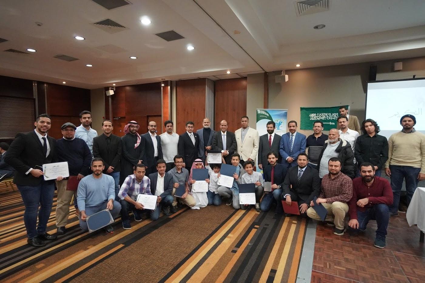 صورة مع المكرمين من اعضاء الهيئة الادارية للنادي والمتعاونين معهم
