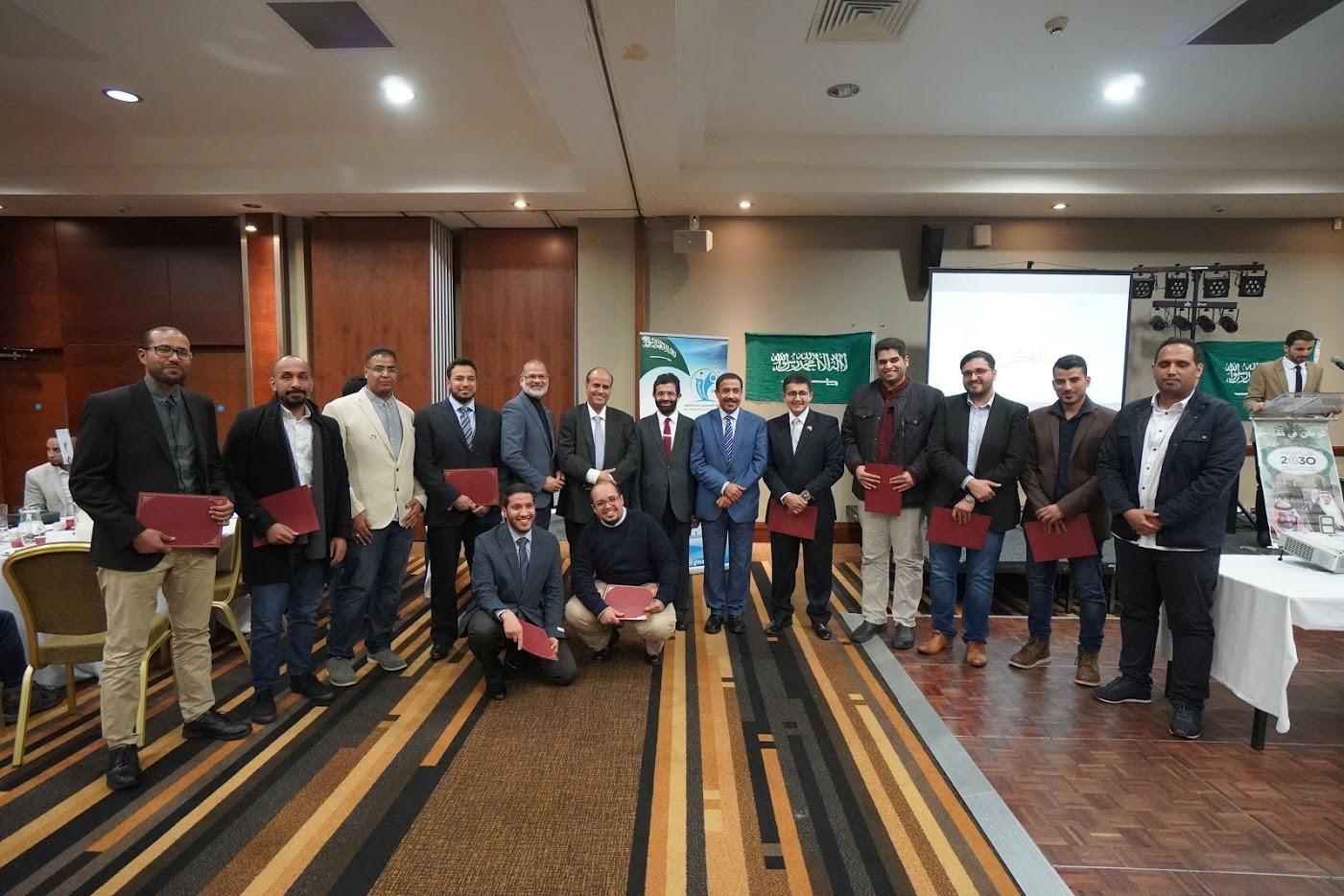 صورة مع جميع المتخرجين المكرمين