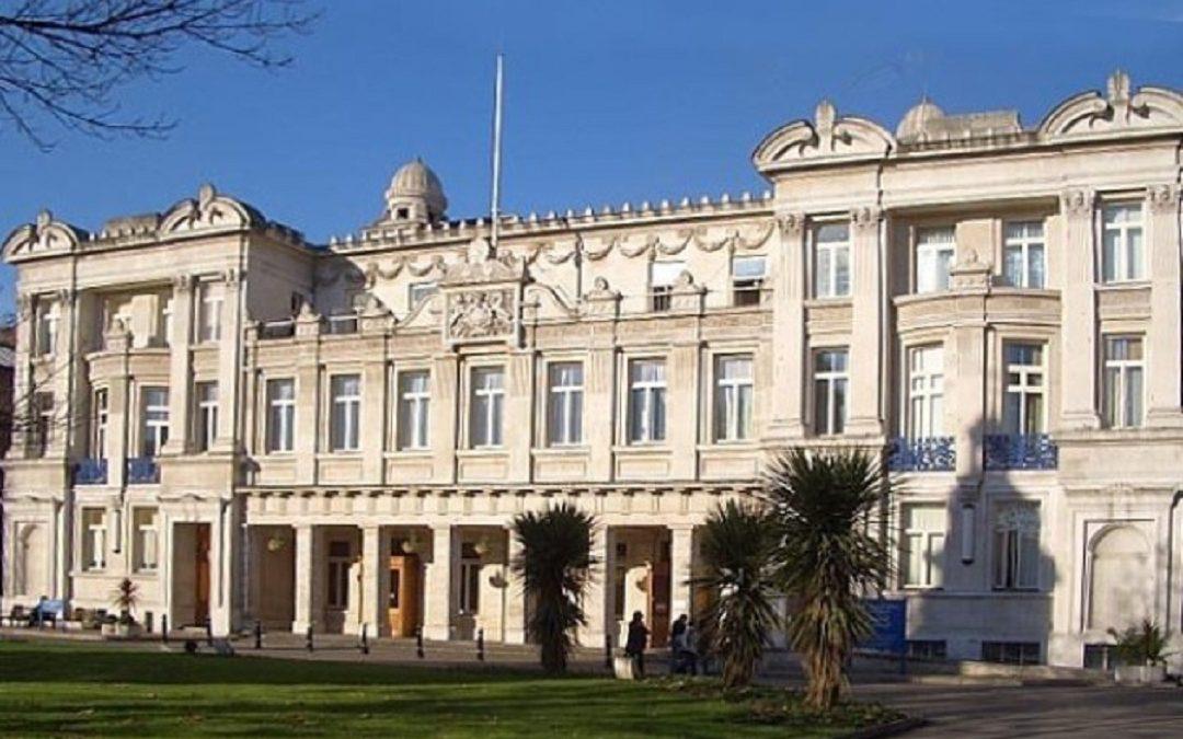 الملحقية الثقافية في بريطانيا وجامعة كوين ماري تتفقان على تخصيص خمس مقاعد دراسية سنوياً للطلبة السعوديين في كل فرع من فروع الطب وطب الأسنان